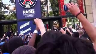 Ibrahimovic se rend à la boutique du PSG sur les Champs-Elysée après son transfert.