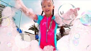 Bebé y papá van al parque acuático | Outdoor playground fun for kids at Water Park with Slides