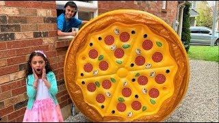تلعب البيتزا العملاقة القابلة للنفخ العاب Heidi و Zidane