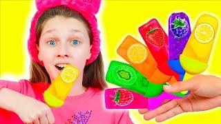 Дети делают мороженое из фруктов, поют песенки и учат цвета часть 1