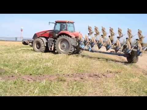 Трактор CASE с 8 ми корпусным плугом трансформером Lemken пашет зябь под Вологдой.