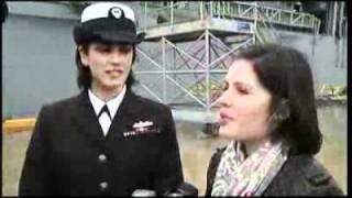Beijo histórico entre uma oficial da marinha americana e sua namorada.