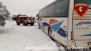 Bomberos de Diputación de Zaragoza rescatan a un autobús atrapado por temporal