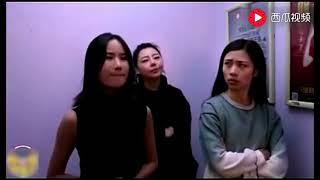 三美女电梯里比赛放屁,真是太尴尬了