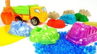 Oyuncak kamyon kalıpları getiriyor. Kumdan şekilleri yapalım.