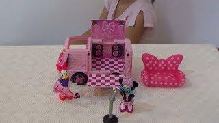 Николь открывает игрушечный автобус Мини Маус !