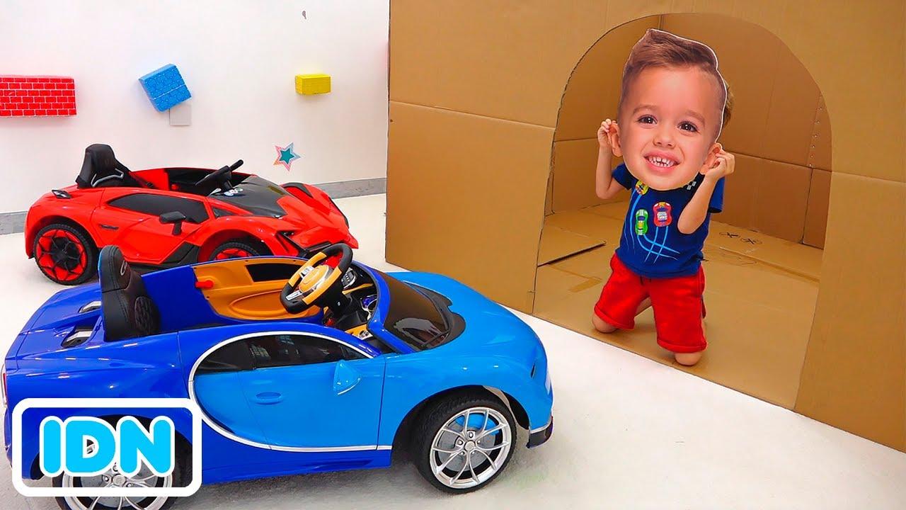 Niki bermain dengan mobil mainan dan menyelamatkan sebuah mobil polisi dan pemadam kebakaran serta a