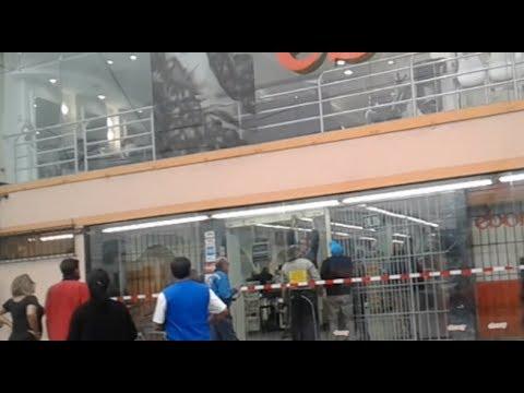 San Borja: policía desaloja matones de centro comercial