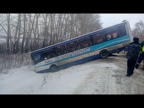 Автобус с пассажирами свалился в кювет