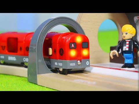 BRIO Zug im Metro Tunnel & Feuerwehrmann + Polizei Züge | Holz Spielsachen für Kinder deutsch