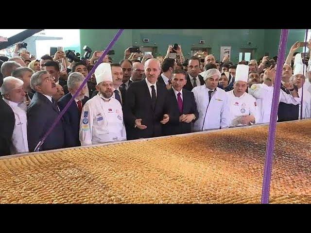 В Турции испекли гигантскую пахлаву
