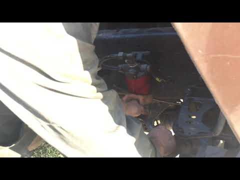 Снять топливный фильтр на грузовике Американце Volvo vnl без специального ключа. Сделай сам ключ.