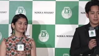 俳優、溝端淳平(29)と女優、岡本玲(26)が20日、東京・六本木...