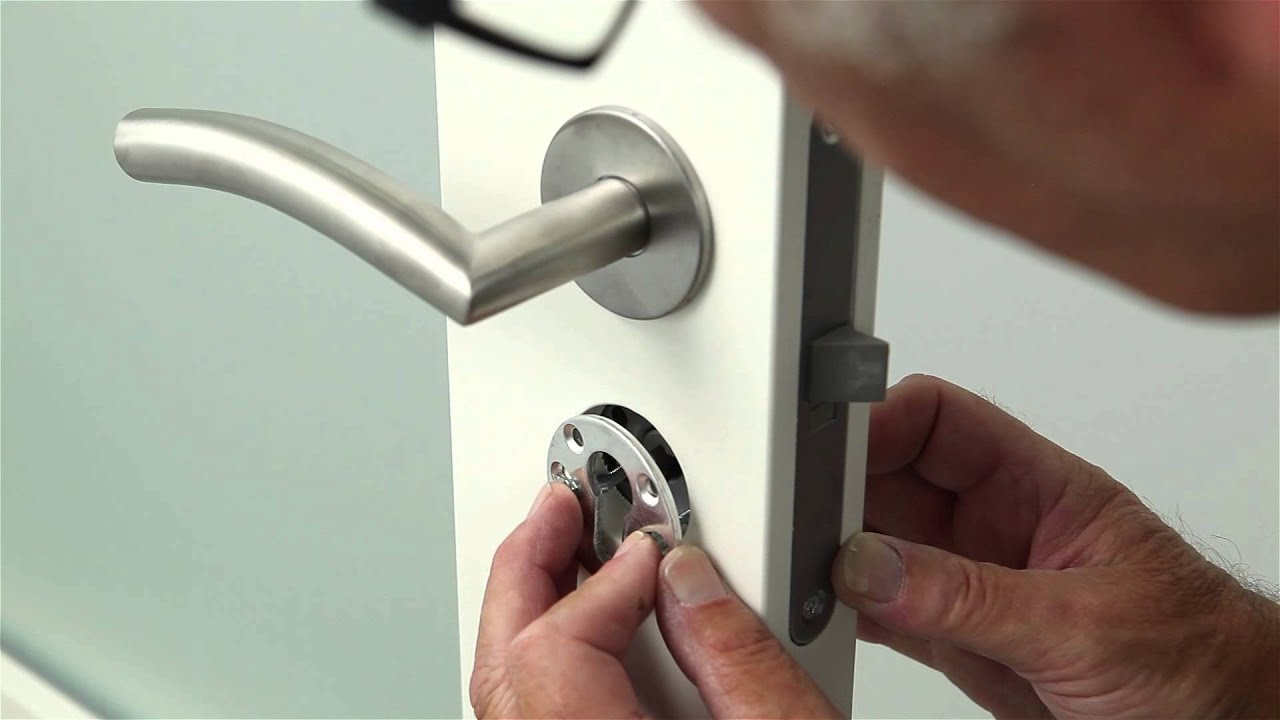 afmontering af dørhåndtag