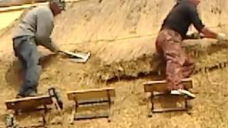 видео Способы укладки кровельной соломы (камыша) | Строительный справочник | материалы - конструкции - технологии