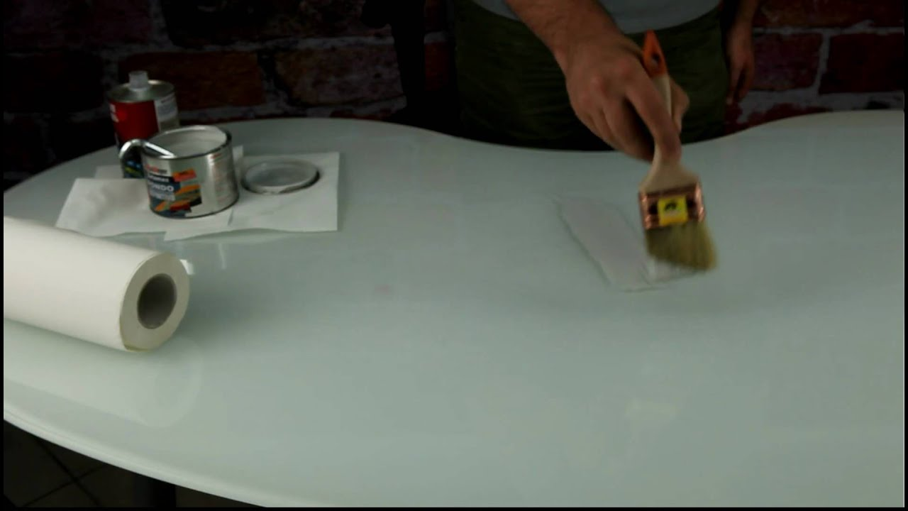 Verniciare Un Tavolo Di Legno metto l'aggrappante sul tavolo per prepararlo alla verniciatura di rosso