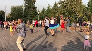 Танцуют все!!! Танцпол в парке Горького в Москве!