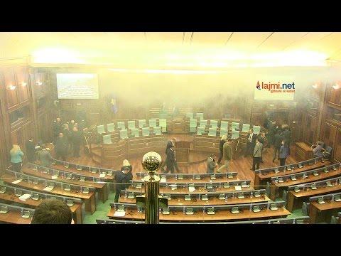 Momente të hedhjes së gazit lotsjellës në Kuvend nga Albin Kurti