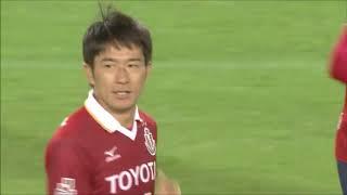 PA内でボールを受けた玉田 圭司(名古屋)が体を鋭くひねって利き足と逆...