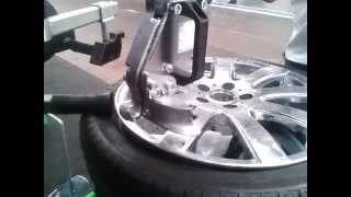 Demontaż i montaż opony Run-flat(Demontaż i montaż opony Run-flat na maszynie wyposażonej w ramię oraz rolkę odciskającą. Unmounting and mounting Run-flat tire with the machine ..., 2014-09-24T07:06:35.000Z)