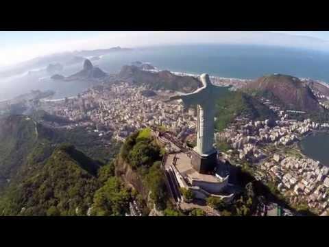 Рабочий на вершине статуи Христа Спасителя в Рио ... невероятно !