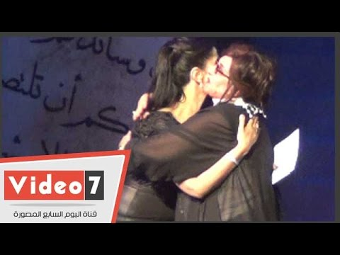 بالفيديو..حنان مطاوع تقبل يد والدتها أثناء تكريمها بـ« المهرجان القومى للمسرح »