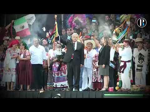 Representantes de los pueblos indígenas dan el bastón de mando a López Obrador