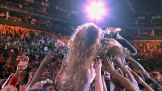 Beyonce Stage Diving During (Beyonce Seyircilerin Üzerine Atladı)