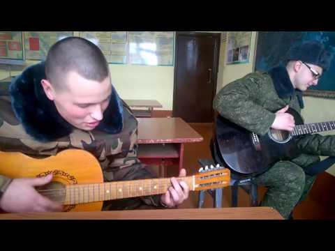 парень играет на гитаре и поет песню В.Цоя -Звезда по имени Солнце .Guy plays the guitar