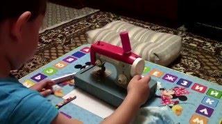 ДЕТСКАЯ ШВЕЙНАЯ МАШИНКА ДНЕПРЯНОЧКА/УЧИМСЯ ШИТЬ(Швейная машинка-игрушка для детей. Играя развиваем, расширяем кругозор, развиваем моторику, проводим время..., 2015-12-02T21:04:30.000Z)