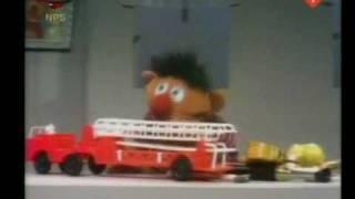 Bert en Ernie - Ernie verdeelt zijn speelgoed in groepen