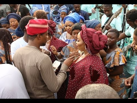 See big men spraying money at  Alaafin Of Oyo two wives at the  naming of their twins.