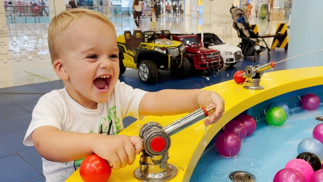 Vlad y Niki juegan en el centro de juegos para niños.