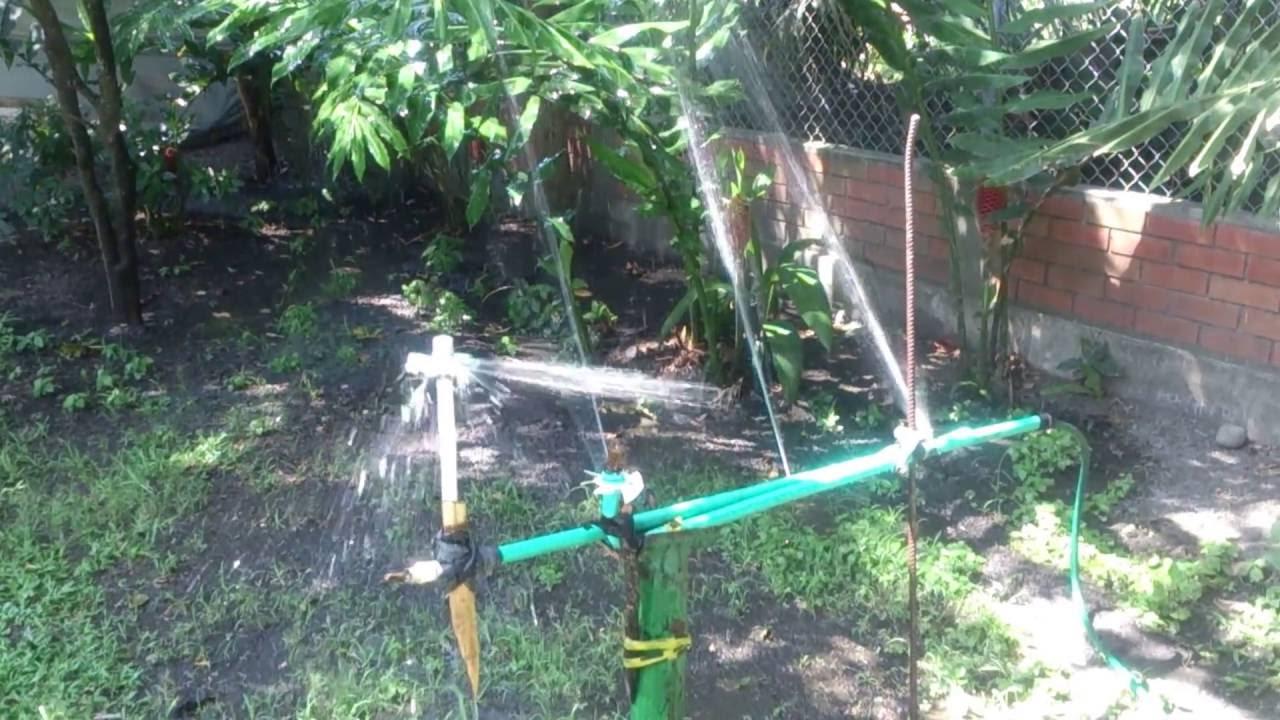 Riego por aspersion con tubos de pvc reciclables youtube for Sistema de riego por aspersion para jardin