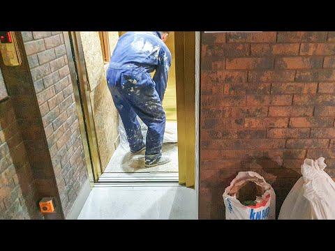 Строители погнули двери золотому лифту
