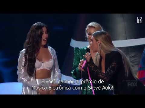 Lauren Jauregui e Olivia Holt no palco do Teen Choice Awards 2018 legendado