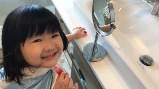 プリンセスごっこ☆Pretend Princess Play シンデレラがリップスティックの口紅でメイクアップ Kids Dress up and Make up with Lip Stick
