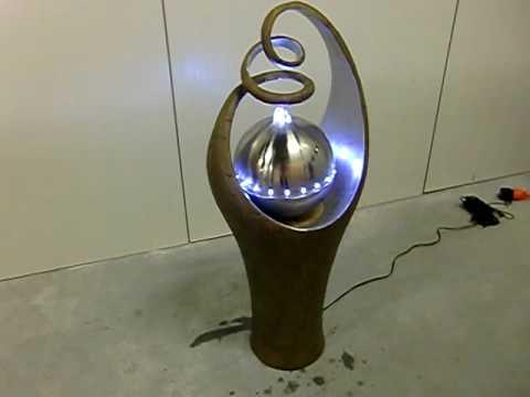 Waterornament met LED verlichting in een bak met gekrulde bovenkant ...