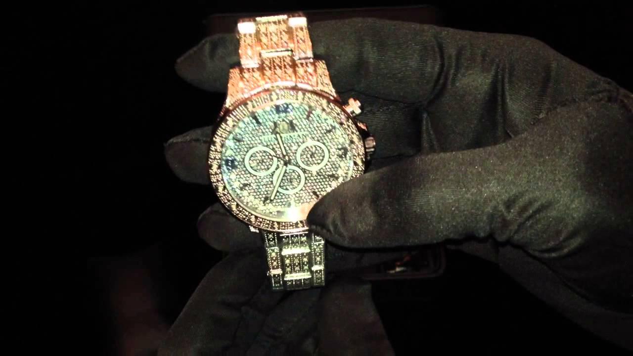 К счастью, мужские печатки представлены в ювелирных салонах в широком ассортименте, поэтому купить перстень, способный подчеркнуть индивидуальность своего владельца, не составит большого труда. Наиболее популярными вставками в золотые кольца печатки являются бриллианты и фианиты.