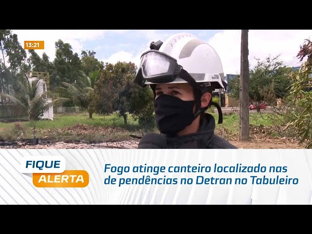 Fogo atinge canteiro localizado nas dependências no Detran no Tabuleiro do Martins