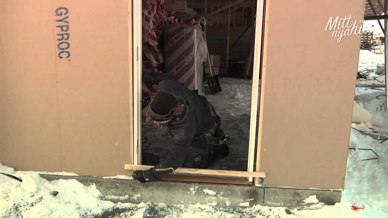 Inredning nordan dörr : Hur gör snickaren - Montering av ytterdörr - YouTube
