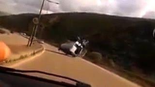 Repeat youtube video Accident public Raja à Rabat | شاهد لحظة إنقلاب سيارة جمهور الرجاء بالرباط