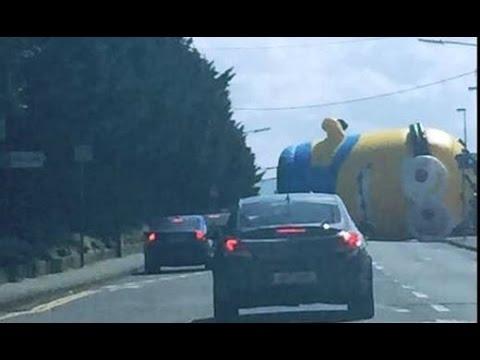 Гигантский надувной миньон заблокировал дорогу в столице Ирландии