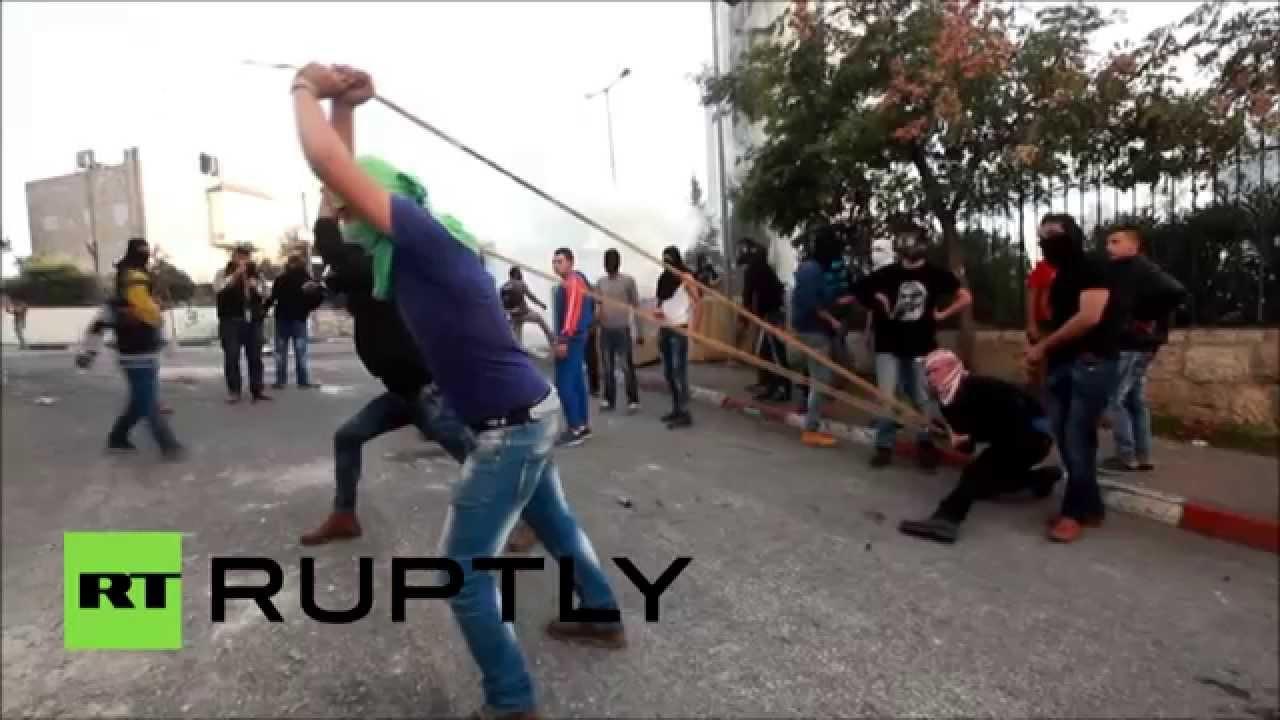 Des palestiniens utilisent d normes lance pierres contre - Jeux de lance pierre ...