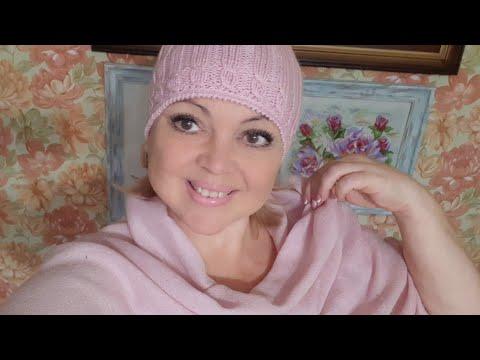 Розовая вязаная шапка спицами