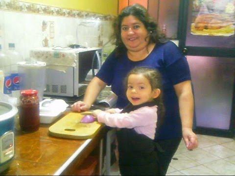 Ni a de 2 a os cocina con su mam ella es valeria rub - Nina cocinando ...