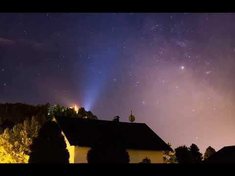 Questo video mostra un luminosissimo Marte mentre sorge nel cielo notturno