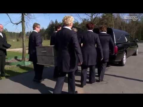 Hoe draag je een kist naar het graf?