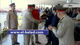 بالفيديو.. السيسي يهدي المشير طنطاوي مصحفًا أثناء تخريج معهد ضباط الصف