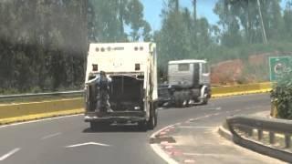 camion-del-aseo-con-persona-en-la-parte-trasera-en-camino-la-polvora-